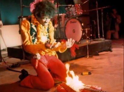 Jimi Hendrix burns its guitar